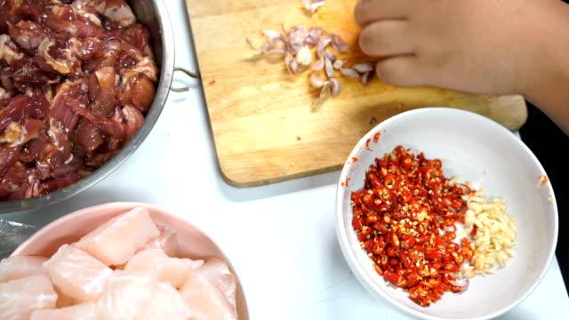 Perpare Knoblauch und ingradient zu Essen mit Sukiyaki-Sauce