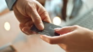 SLO MO Di person, dass die Kreditkarte, die für die Verkäufer