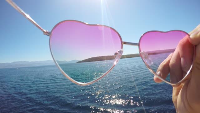 POV persoonlijk perspectief van het zetten van de zonnebril