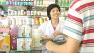 HD: Apotheker und Kunden