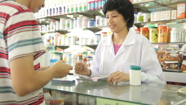 HD : Pharmacist and Customer