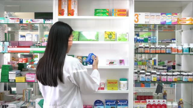 Apotheker überprüfen das Produkt