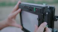 Fotograaf bereidt middenformaat Camera
