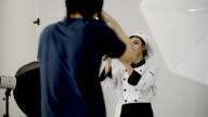 Fotograf nimmt Fotos von Frau Koch in der studio Suite