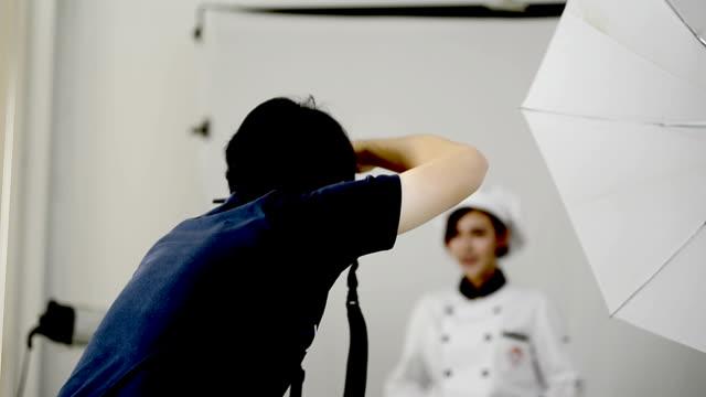 Fotografen, die Bilder von Frau Koch im studio