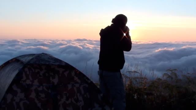 Fotografen sind auf dem Berg mit Nebel Sonnenaufgang schießen.