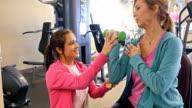 Fysiotherapeut werkt met senior vrouwelijke klant