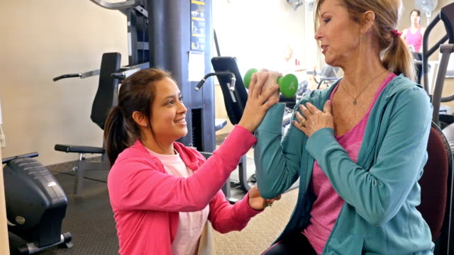 Fisioterapista lavora con anziano femmina cliente