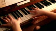 Pianoforte giocare primo Piano delle mani scatto