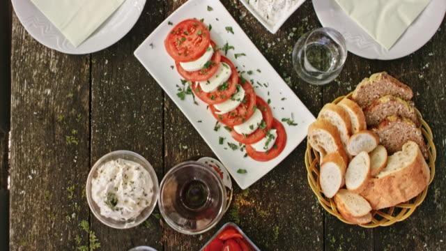 DS-Picknick-Tisch voll von verschiedenen Gerichten