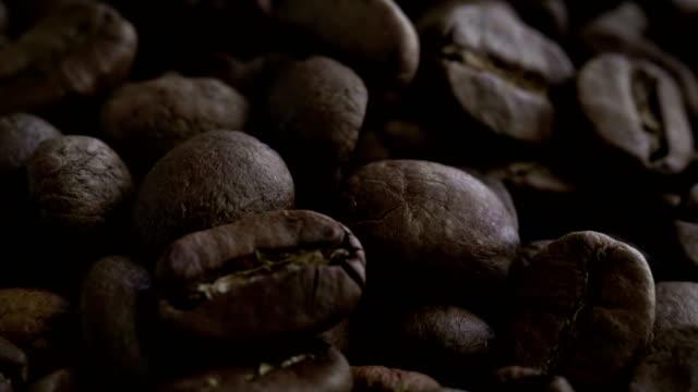 Een stapel van geschilde koffieboon langzaam draaien