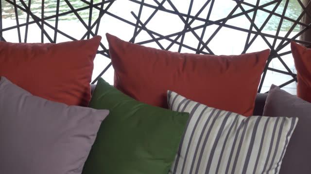 Decorazioni sul divano con cuscino