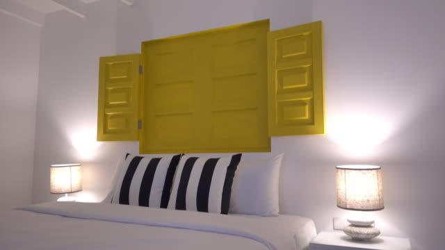 Cuscino sul letto in camera da letto arredamento di interni