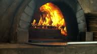 4K: Pizza bakken in bakstenen pizza oven