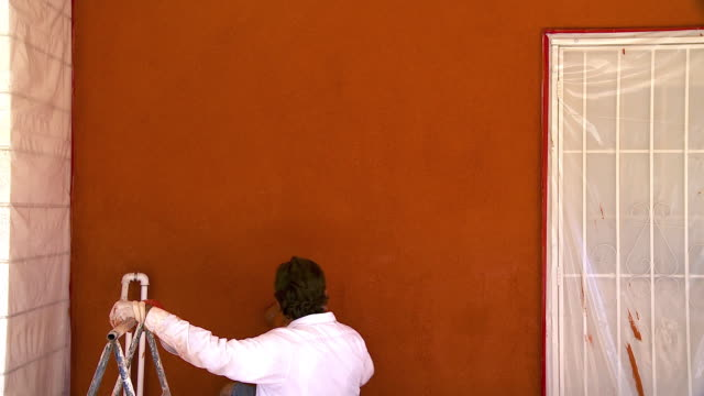 MS Plasterer giving the sandy finish to the freshly plastered wall / Rancho Mirage, California, USA.