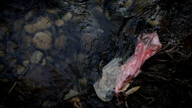 Plastic zak in de rivier