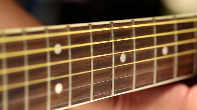 Spielt die Akustische Gitarre