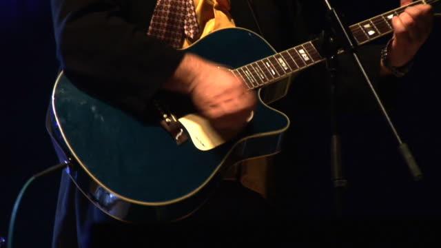 HD: Spielt die Akustische Gitarre