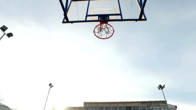 Spela basket utanför