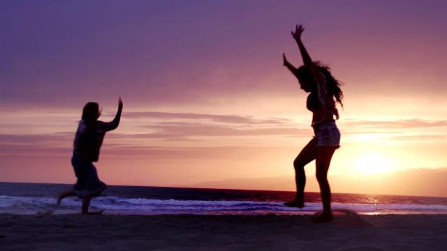 Spielen Sie Beach Freunden Zeitlupe