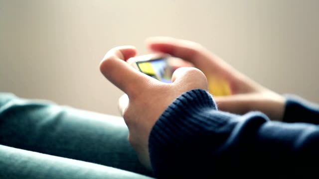 Spielen Spiel mit Handy