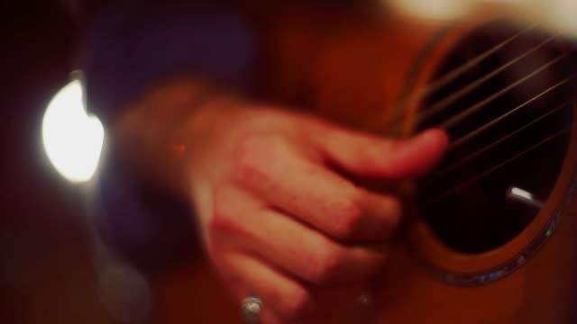Gitarre spielen. Hautnah auf Händen