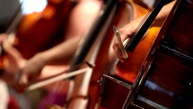 violoncello spielt