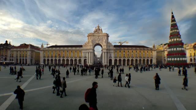 Plaza de coemrcio de comercio Lisboa portugal timelapse con árbol de Navidad