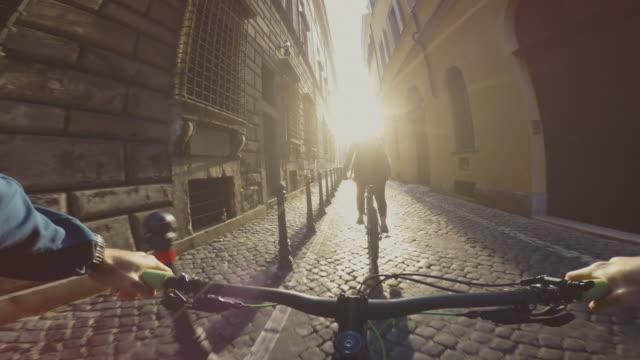 Oogpunt POV fiets rijden in de straten van Rome