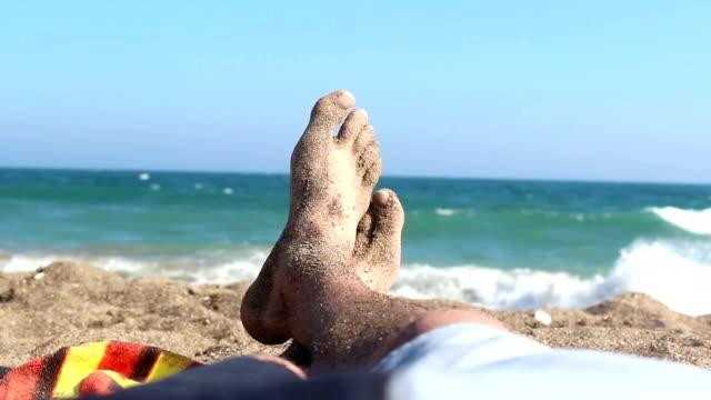 Ansicht von Mann liegen am Strand