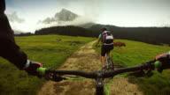 Perspektive in die Pedale mit Mädchen auf Mountain bike world championships