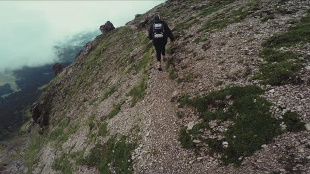 POV Perspektive Spazierengehen und Wandern im hohen Berge