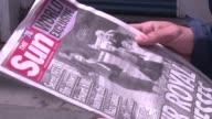 Polemica en Reino Unido despues de que un rotativo britanico publicara una foto de la reina Isabel II cuando era nina realizando el saludo nazi a...