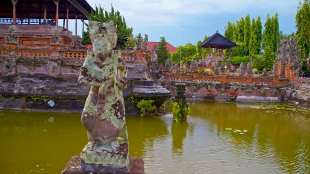 SLO MO Pond al tempio indù a Bali