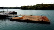 Pontoon Floating auf blaue Meer
