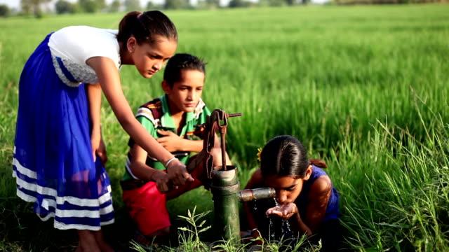 Arme Kinder Trinkwasser im Freien in der Natur