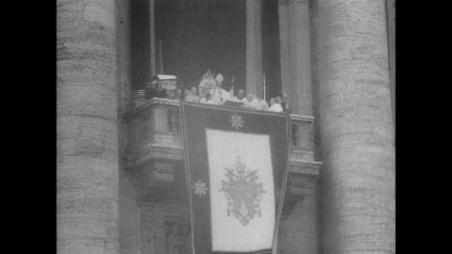 Pope Paul VI at the balcony in Rome / half a million strong crowd in St Peter's Square