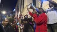 Por cuarta noche consecutiva manifestantes en Charlotte exigieron el viernes la publicacion del video sobre la muerte de un afroamericano tiroteado...
