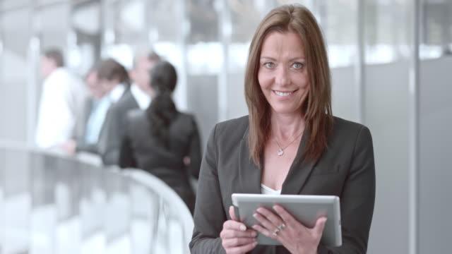DS Porträt von business-Frau, die arbeitet auf tablet und Lächeln