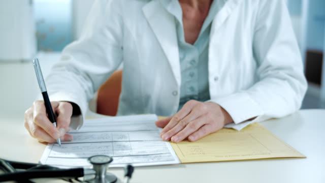 Porträt des weiblichen Arzt schreiben Sie eine diagnose