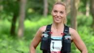 SLO, MO, DS Porträt von weiblichen marathon-Wettbewerb im Wald