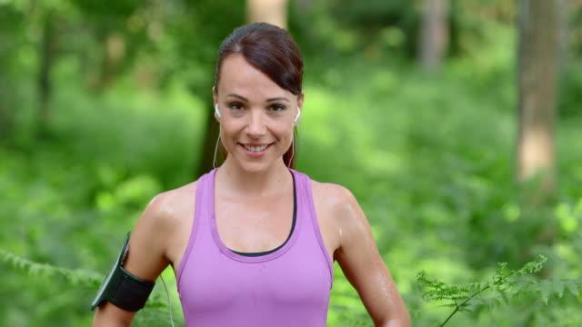 SLO MO DS Ritratto di donna sorridente durante la corsa
