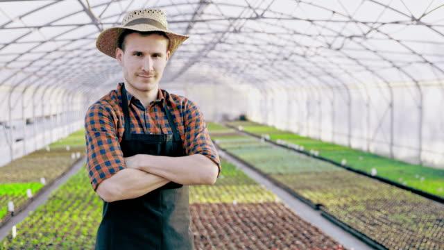 SLO MO DS Porträt eines Gärtners mit einem Garten Spatel im Gewächshaus