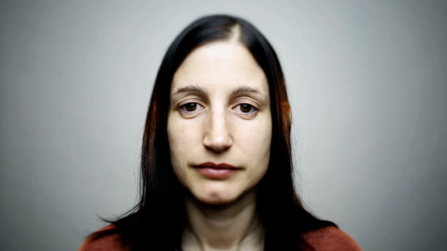 Ritratto di una giovane donna Caucasica felice reale