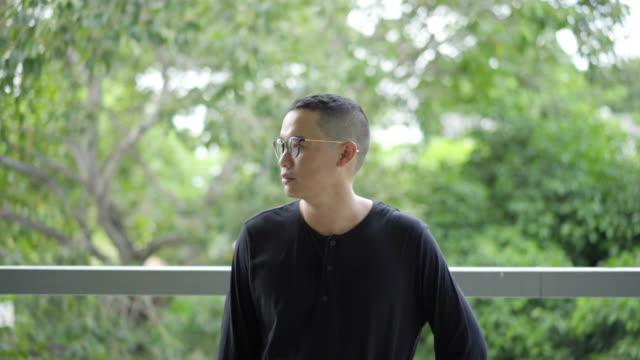 Porträt einer glücklich männliche asiatische Lächeln zu Kamera.