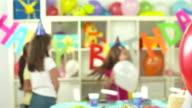 HD DOLLY: Porträt von einem Kind verstecken hinter Ballons
