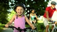 HD: Porträt von einem kleinen Mädchen mit dem Fahrrad