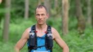 SLO, MO, DS Porträt eines männlichen marathon Läufer im Wald