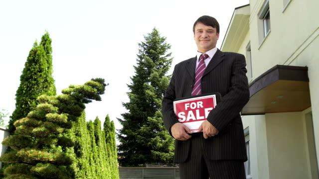 HD DOLLY: Portrait Of A Real Estate Agent