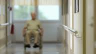 HD: Ritratto di un uomo anziano In sedia A rotelle